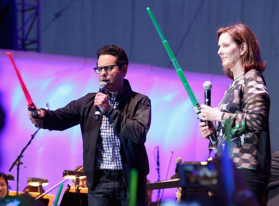 J.J. Abrams y Kathleen Kennedy con sables láser en la Comic-Con 2015