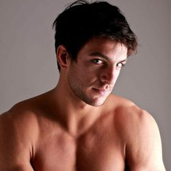 Joaquín Ferreira sin camiseta posa tímido ante la cámara