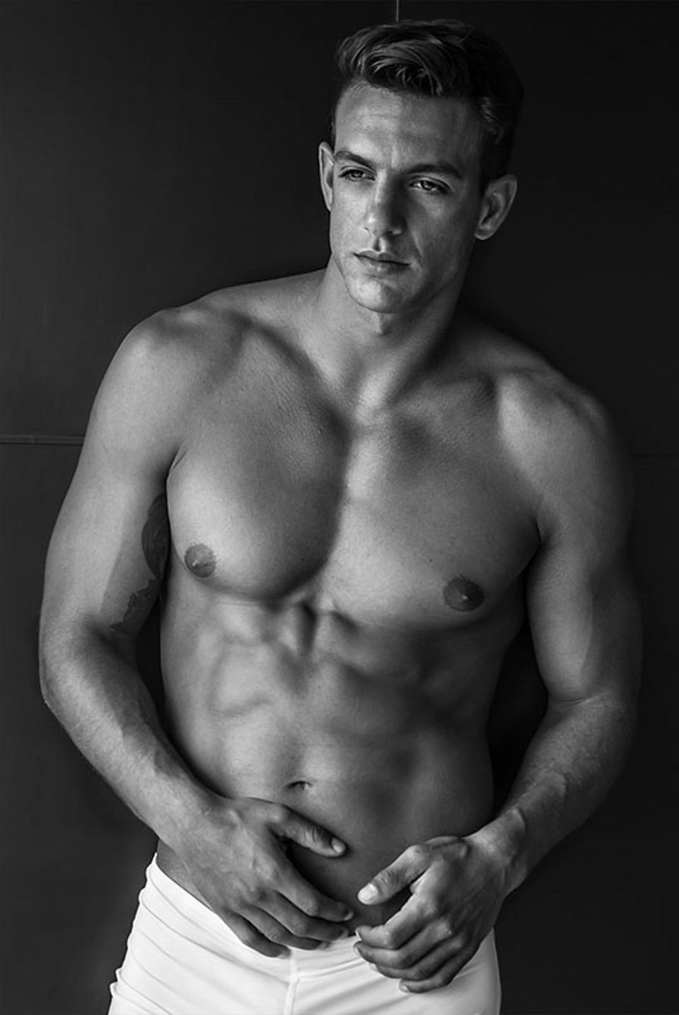 Joaquín Ferreira sin camiseta en blanco y negro