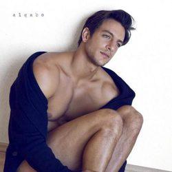Joaquín Ferreira desnudo en el suelo