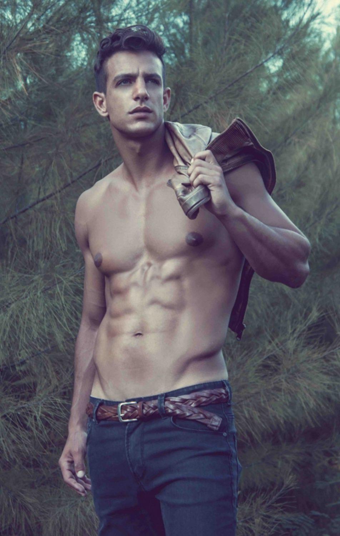 Joaquín Ferreira sin camiseta en el bosque
