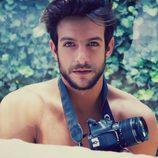 Joaquín Ferreira desnudo con una cámara de fotos