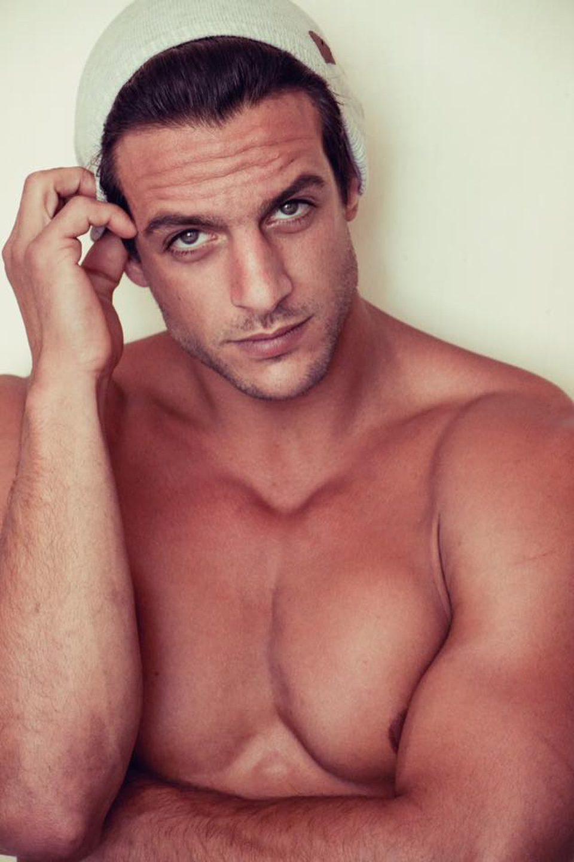 Joaquín Ferreira desnudo, vestido únicamente por un gorro