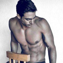 Joaquín Ferreira posa desnudo en calzoncillos sobre una silla
