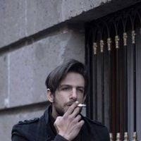 Joaquín Ferreira fumando en la calle