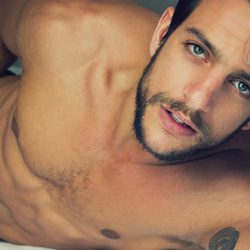 Joaquín Ferreira desnudo muestra su mirada más seductora