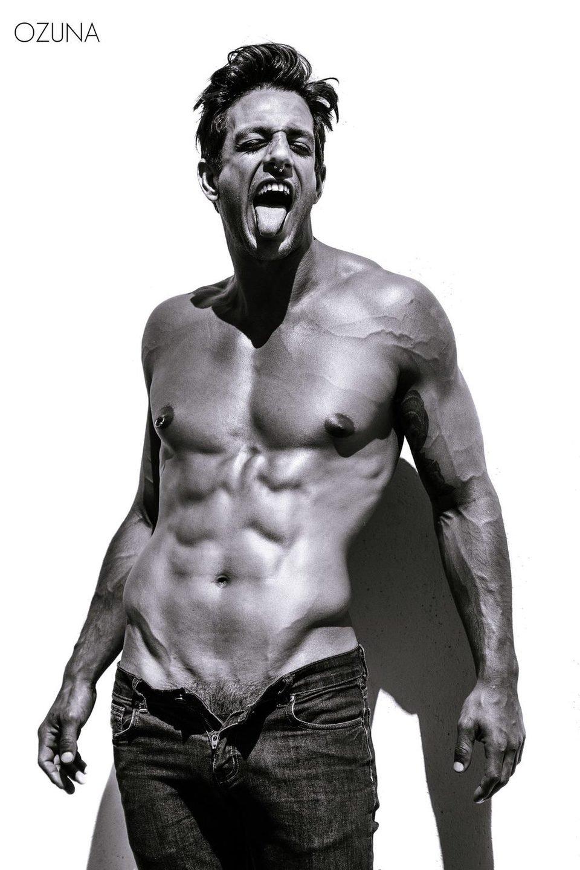 Joaquín Ferreira luce abdominales en una sesión de fotos