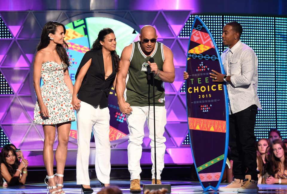 Jordana Brewster, Michelle Rodríguez, Vin Diesel y Ludacris recogen el premio Choice Movie: Action Award en la gala de los Teen Choice Awards 2015