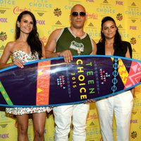 Jordana Brewster, Vin Diesel y Michelle Rodríguez posan con el premio Choice Movie: Action Award en los Teen Choice Awards 2015