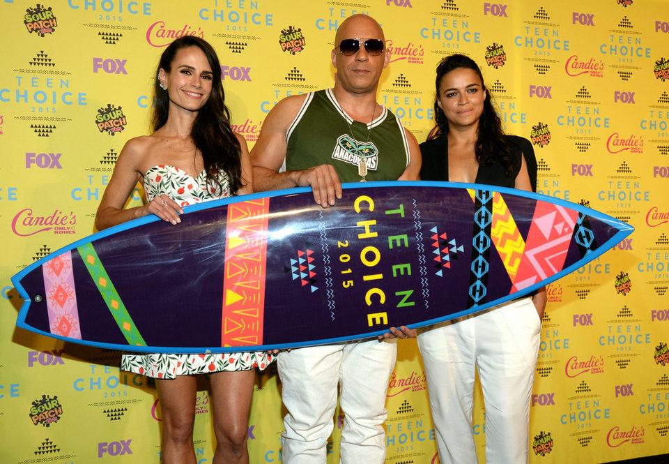 Jordana Brewster, Vin Diesel y Michelle Rodríguez posan con el premio Choice Movie: Action Award en los Teen Choice Awards 2015