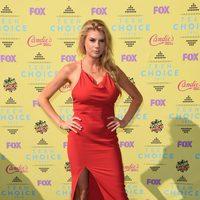 La modelo y actriz Charlotte McKinney en la alfombra roja de los Teen Choice Awards 2015