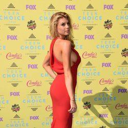 La modelo y actriz Charlotte McKinney muy provocativa y sexy en los Teen Choice Awards 2015