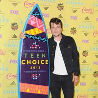 Josh Hutcherson posa con su premio en los Teen Choice Awards