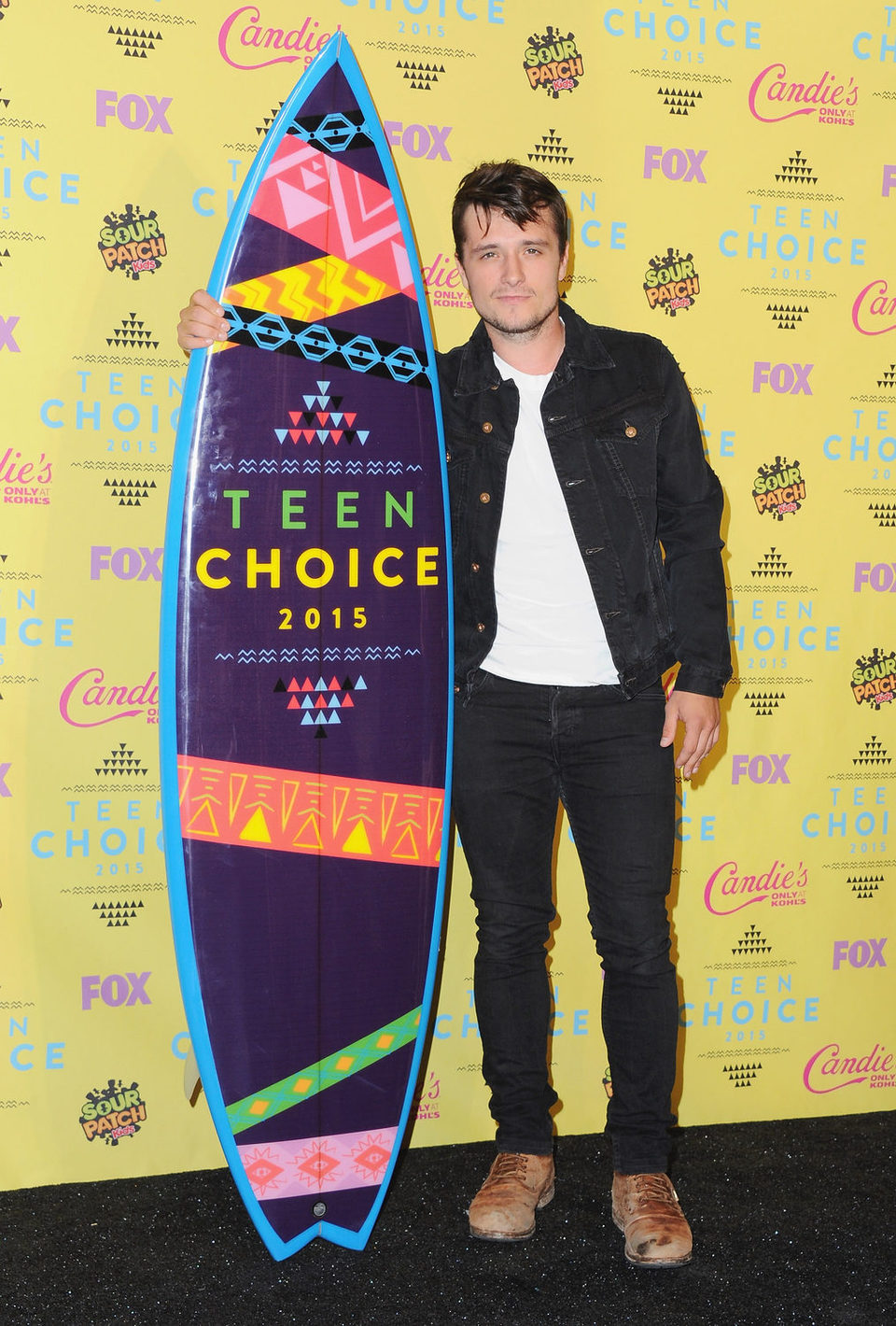 Josh Hutcherson posa con su premio en los Teen Choice Awards