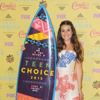 Lea Michele posa con su premio en los Teen Choice Awards 2015