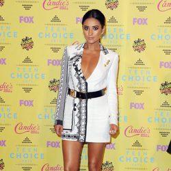Shay Mitchell posa con un corto vestido en los Teen Choice Awards 2015