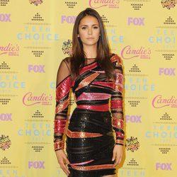 La actriz Nina Dobrev posa con un ceñido vestido en los Teen Choice Awards