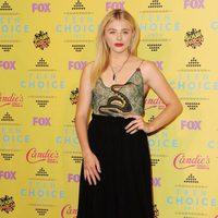 La actriz Chloë Grace Moretz con un vestido de serpiente en los Teen Choice Awards