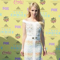 Emma Roberts posa con un original vestido en los Teen Choice Awards 2015