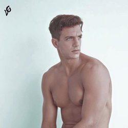 Joaquín Ferreira posa desnudo, únicamente con unos vaqueros
