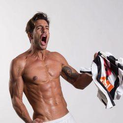 Joaquín Ferreira muestra sus marcado six pack en una foto promocional de 'Club de cuervos'