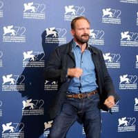 Ralph Fiennes baila en la 72ª edición del Festival de Venecia
