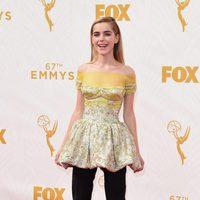 Kiernan Shipka en la alfombra roja de los Emmy 2015