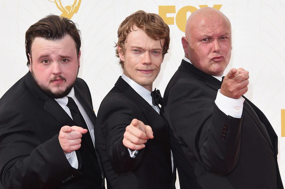 John Bradley-West, Alfie Allen y Conleth Hill en la alfombra roja de los Emmy 2015
