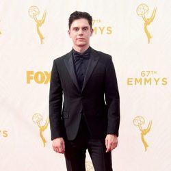 Evan Peters en la alfombra roja de los Emmy 2015