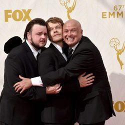 John Bradley-West, Alfie Allen y Conleth Hill antes de los Emmy 2015