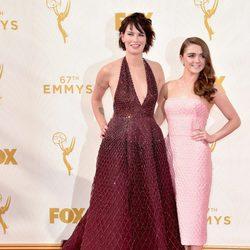 Lena Headey y Maisie Williams en la alfombra roja de los Premios Emmy 2015