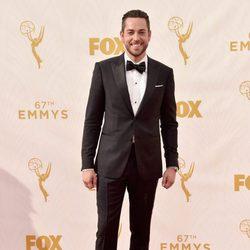 Zachary Levi en la alfombra roja antes de los Premios Emmy 2015