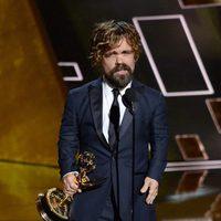 Peter Dinklage recibiendo el Premio Emmy 2015