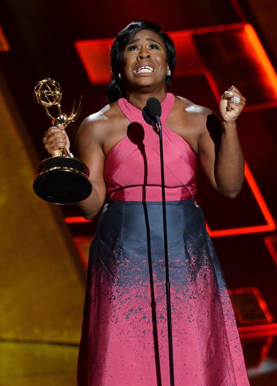 Uzo Aduba recibiendo el Premio Emmy 2015