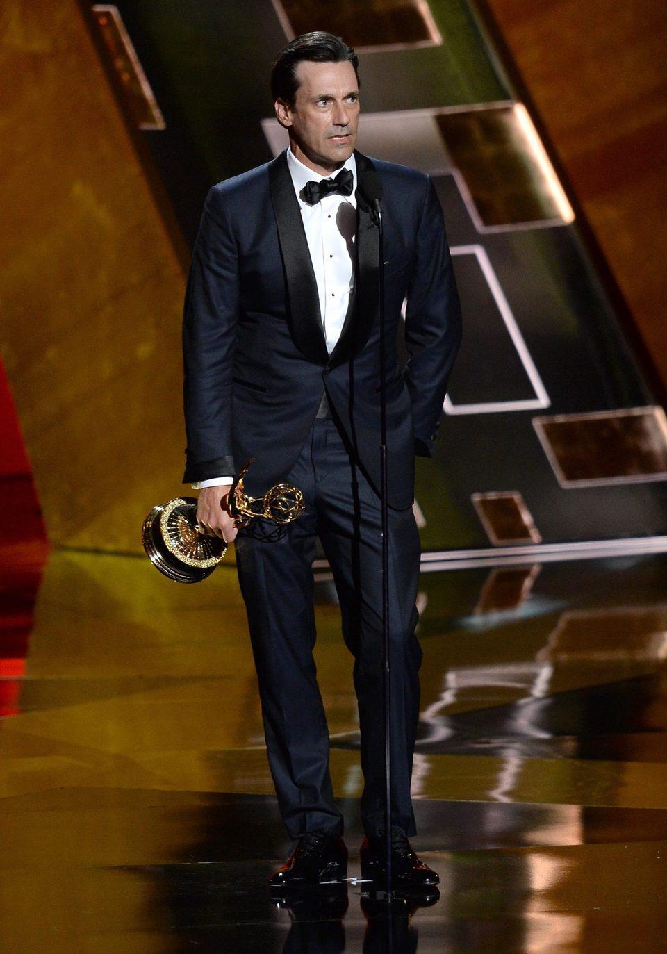 Jon Hamm recibiendo el Premio Emmy 2015