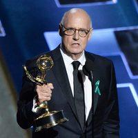 Jeffrey Tambor recibiendo el Premio Emmy 2015