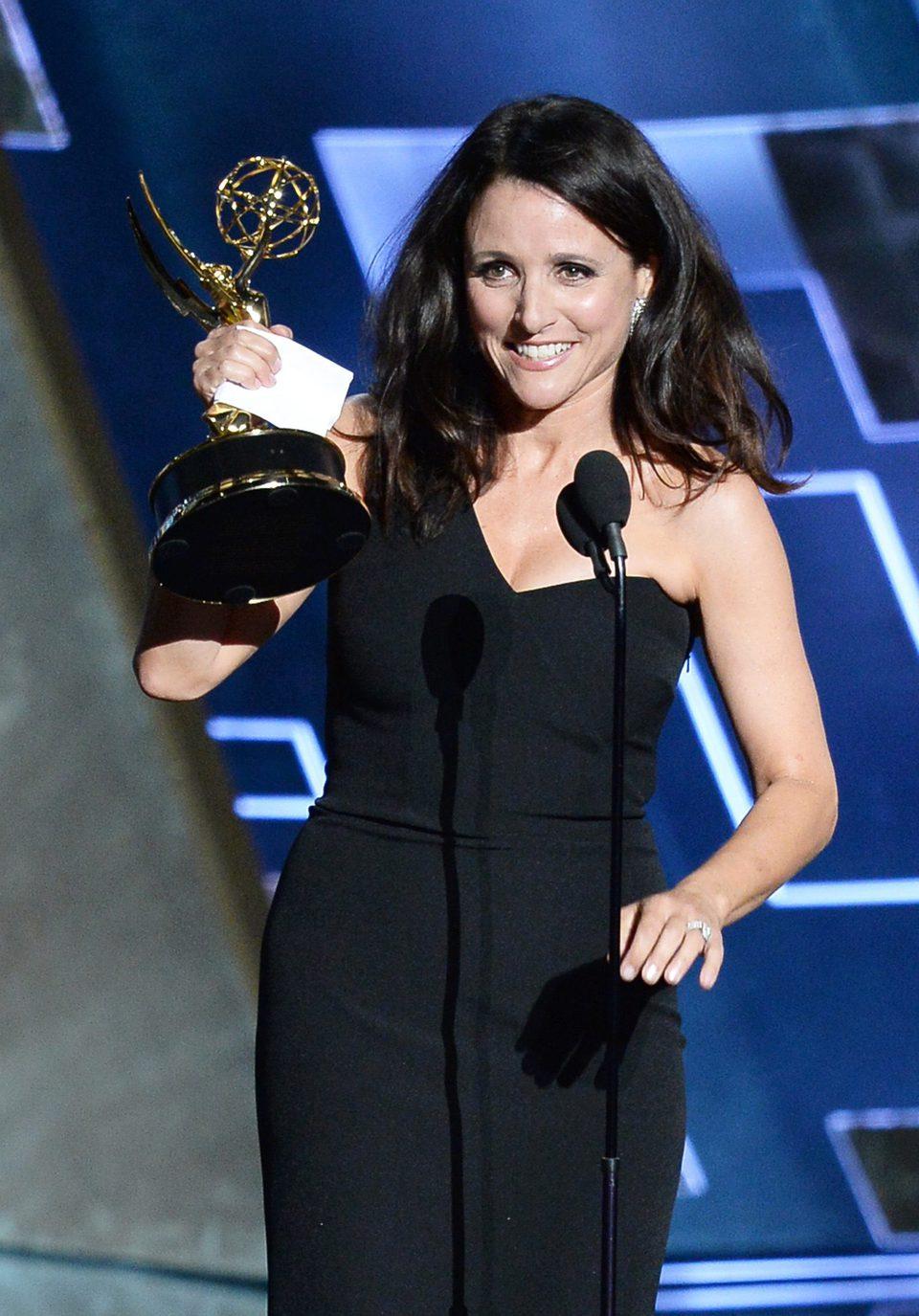 Julia Louis-Dreyfus recibiendo el Premio Emmy 2015