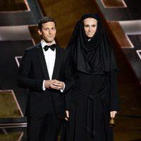 Andy Samberg y Jane Lynch en la gala de los Premios Emmy 2015