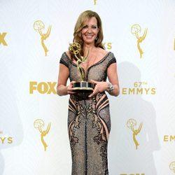 Allison Janney posando con su Premio Emmy 2015