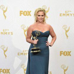 Amy Schumer posando con su Premio Emmy 2015