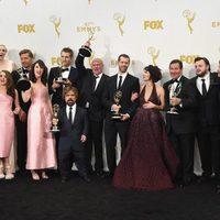 El equipo de 'Juego de tronos' posando con su Premio Emmy 2015