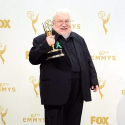 George R.R. Martin posando con su Premio Emmy 2015