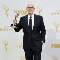 Jeffrey Tambor posando con su Premio Emmy 2015