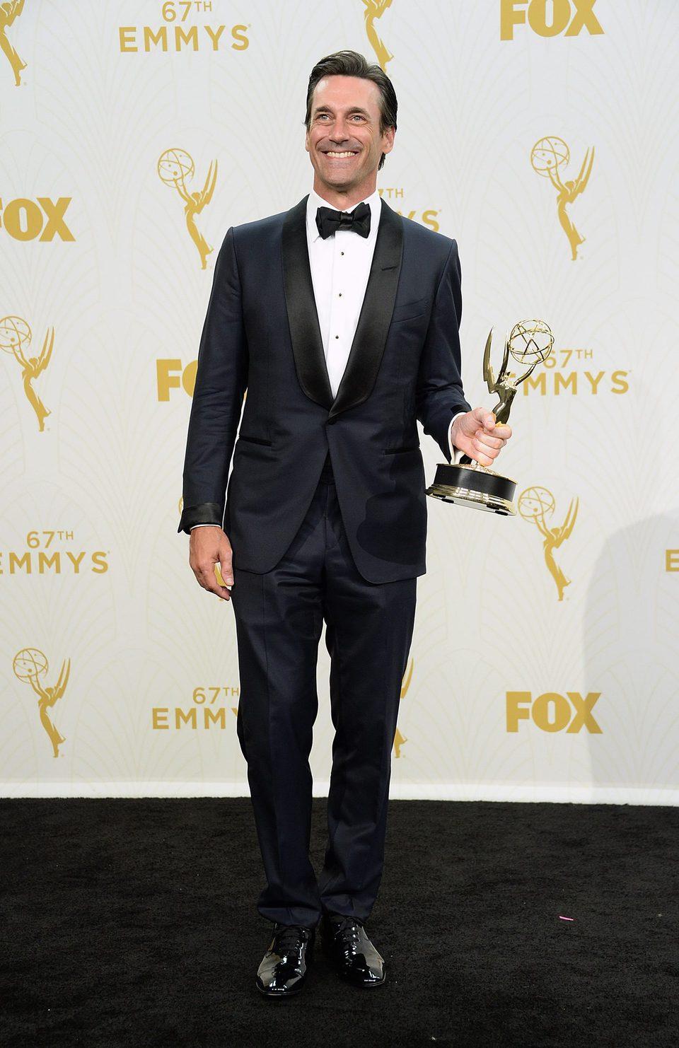 Jon Hamm posando con su Premio Emmy 2015