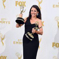 Julia Louis-Dreyfus posando con sus dos Premios Emmy 2015