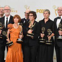 El equipo de 'Olive Kitteridge' posando con sus Premios Emmy 2015