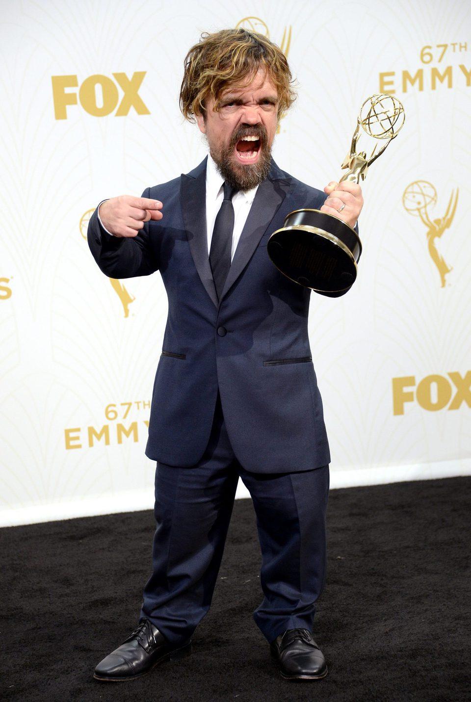 Peter Dinklage posando con su Premio Emmy 2015