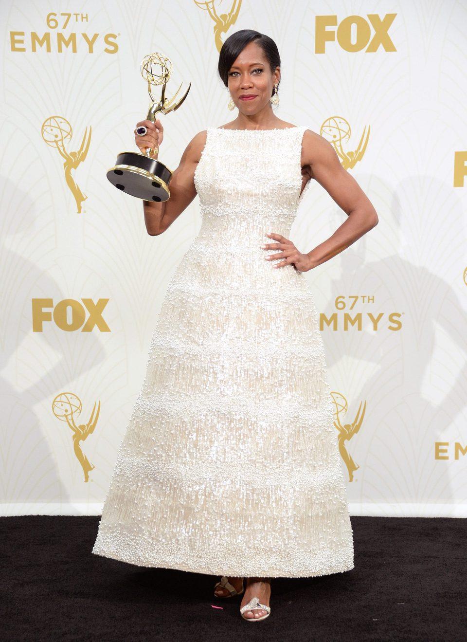 Regina King posando con su Premio Emmy 2015
