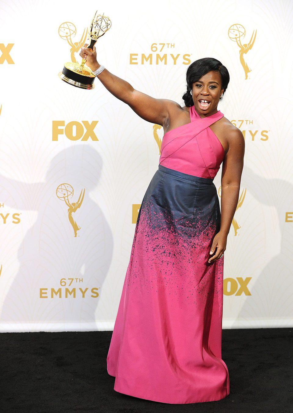 Uzo Aduba posando con su Premio Emmy 2015