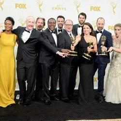 El equipo de 'Veep' posando con su Premio Emmy 2015